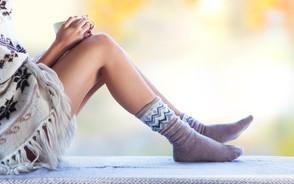 身体の冷えを防いで乾燥肌対策する女性