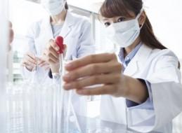 保湿クリームなどのエイジングケア化粧品を開発していると思われる研究員