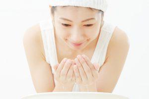 酵素洗顔をする女性