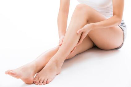 尿素クリームを足に塗る女性