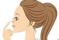 鼻の角栓を気にする女性