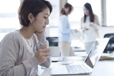 しわを予防するクレンジング料の条件を調べる女性