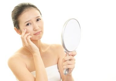 肌の乾燥に悩む女性