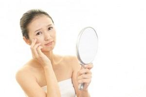 目元、口元の乾燥に悩む女性