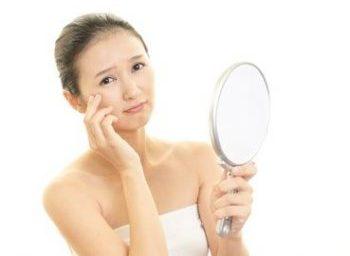 夏のインナードライ肌に悩む女性