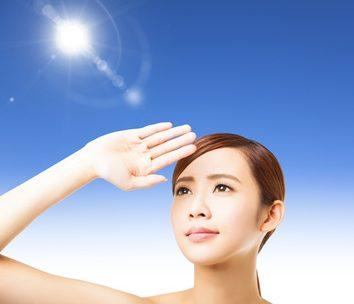 紫外線の対策をする女性