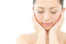 水溶性ビタミンC誘導体を肌につける女性