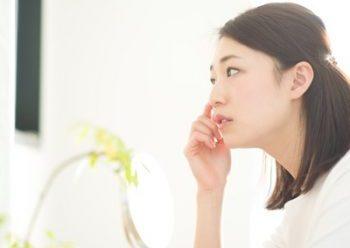 肌荒れの初期症状が現れた女性