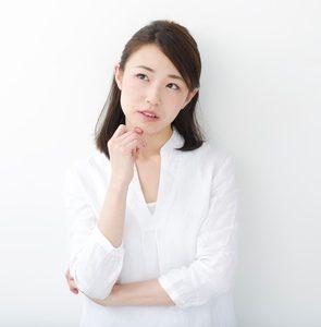 ほうれい線の表情筋対策のデメリットを考える若い女性