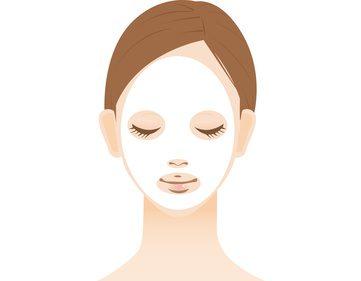 フェイスマスクでスペシャルケアをしている女性
