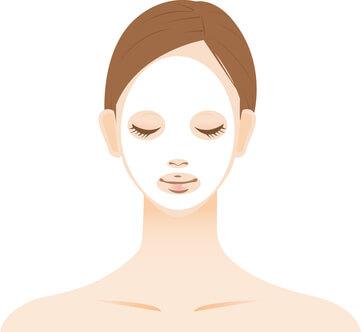 目の下のくま対策でフェイスマスクをしている女性