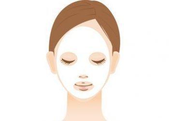 フェイスマスクでエイジングケアをしている女性