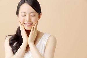 アミノ酸化粧水を使う女性