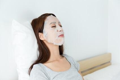 フェイスマスクをする若い女性