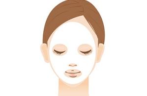 フェイスマスクでエイジングケアする女性