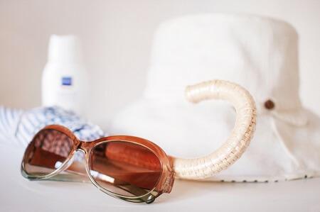 紫外線対策のためのサングラスと帽子