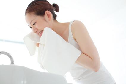 目元・口元を意識して洗顔する女性