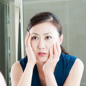 自身の肌質について悩む女性