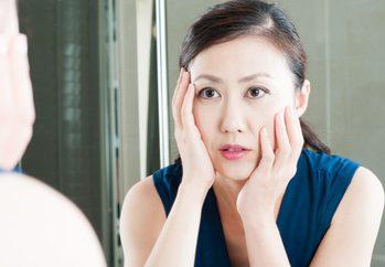 エイジングにより肌の変化を感じる女性