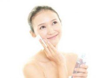 化粧水の効果を実感する女性