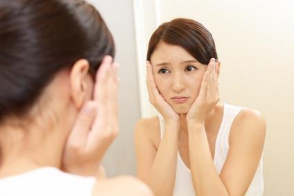 敏感肌に悩む女性