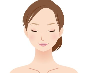 しわ対策化粧水の成分をチェックする女性