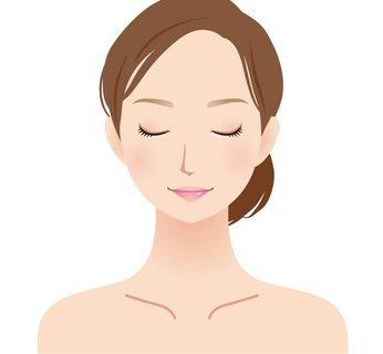 メイクでたるみ毛穴を改善する女性