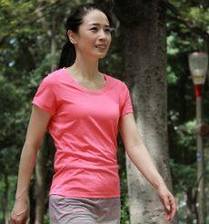 エイジングケアに良い姿勢とウォーキングを行う女性