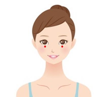 目の疲労やストレスでしわが目立つ女性