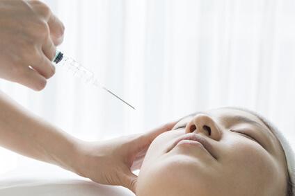 注射でほうれい線治療を行う女性