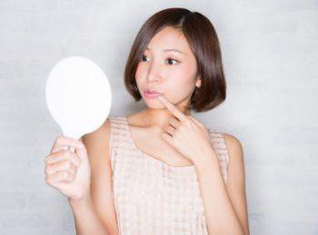 20代のほうれい線予防を取り入れる女性