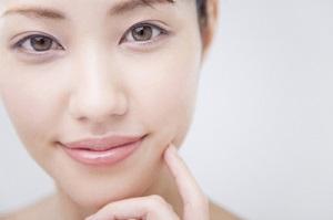 唇のシワの予防・改善のエイジングケアを行う女性