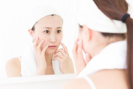 肌悩みの原因を考える女性
