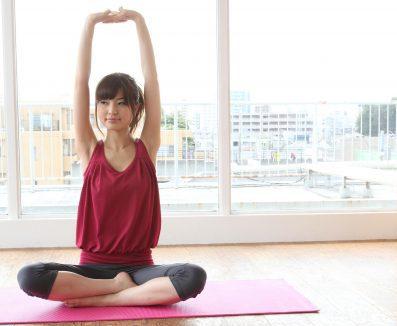 運動でたるみを予防する女性