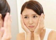 皮下脂肪の肥大によるほうれい線に悩む女性