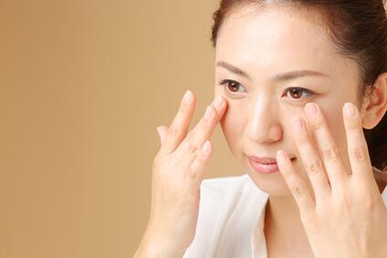 エイジングケア化粧品を正しく使う女性