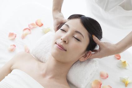 グレープフルーツ果皮油で頭皮マッサージを受ける女性