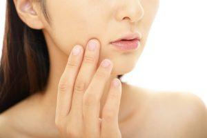 皮脂に関するお肌のトラブルに悩む女性