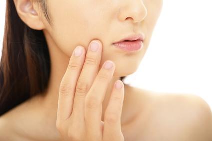 乾燥肌の改善を実感する女性