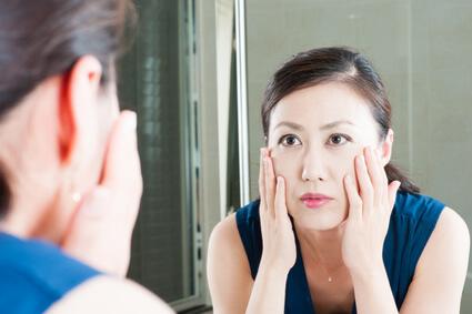 頭皮のたるみが原因の肌のたるみに悩む女性