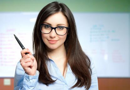 ゴルゴラインの予防と解消法を教える女性