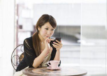 糖化について調べる女性