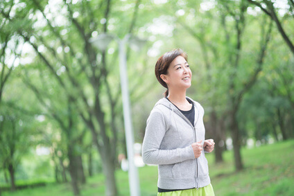 手肌の老化予防のために適度な運動をする女性