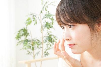 紫外線は目の老化の原因になることを気にする女性