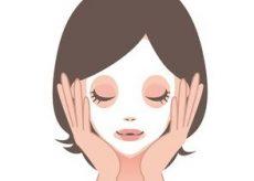 ほうれい線ケアのフェイスマスクをつける女性
