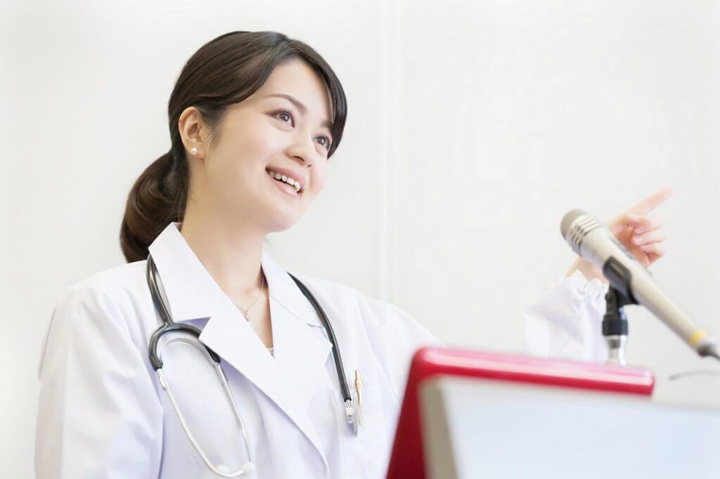 手のシミの治療法を説明する医師