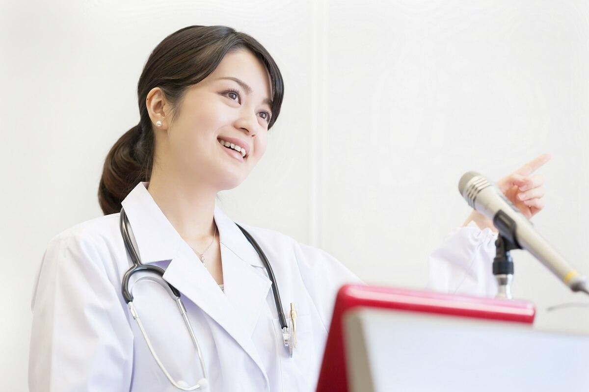 美容医療について正しい知識を教える女性