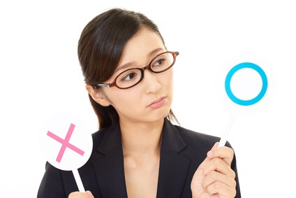 アミノ酸化粧水のメリット・デメリットを考える女性