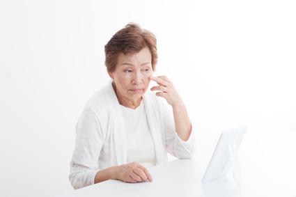 加齢による目元のたるみに悩む女性