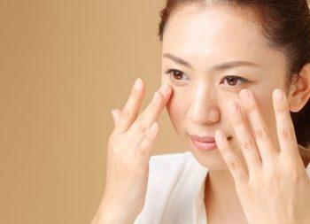 頬の高い位置からファンデーションを塗る女性